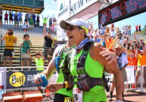 Van, aki kora ellenére sem éri be egy szimpla 42 kilométeres maratonnal. A 70 éves Gunhild Swanson 2015 júniusában kevesebb mint 30 óra alatt teljesítette a Sierra Nevadában rendezett Western States 100-as ultramaratoni terepfutó versenyt. Idén harmadik alkalommal teljesítette a 161 kilométeres távot.