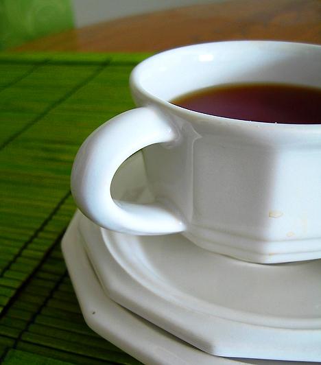 Zöld teaA zöld teát nem véletlenül tartják az egyik leghatékonyabb természetes karcsúsító szernek. Amellett, hogy valóságos antioxidáns-bomba, felpörgeti az anyagcserét, méregtelenít, és megszabadít a szövetekben felhalmozódott felesleges víztől is.Kapcsolódó cikk:Zsírégető, vízhajtó, rákmegelőző - Mi az? »