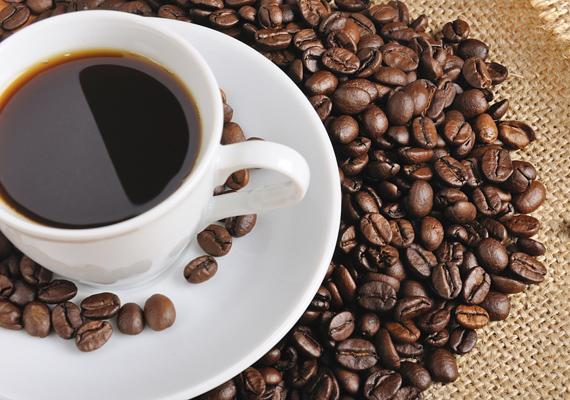 A kávéban megtalálható koffein élénkíti az anyagcserét és vizelethajtó hatással is rendelkezik.