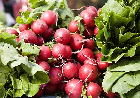 A hónapos retek már áprilistól kapható a zöldségesnél. A retek enyhén csípős, kicsit fanyar ízét a benne található hasznos illóolajoknak köszönheti, amelyek lúgosítanak, serkentik az epetermelést, elősegítik az anyagcsere-folyamatokat. Próbáld ki a retekdiétát!