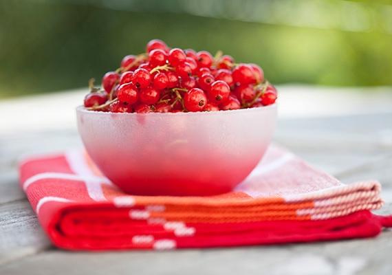 A ribizli nagyon kevés kalóriát tartalmaz, és cukortartalma is nagyon alacsony, kiváló fogyókúrás-lúgosító nass lehet belőle.