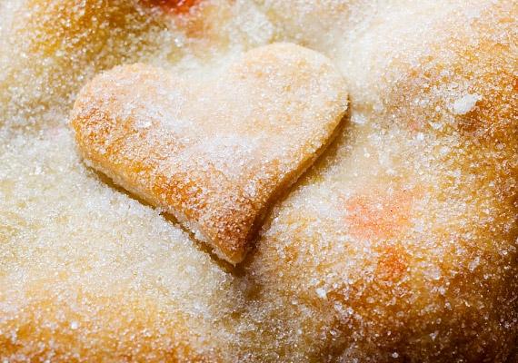 Számos olyan sütemény létezik, melynek cukortartalma jóval magasabb a kelleténél, és csupán megszokás kérdése, hogy mennyire édesen fogyasztod őket. Adhatsz hozzájuk kevesebb cukrot, illetve használhatsz sütéskor nyírfacukrot vagy sztíviát.