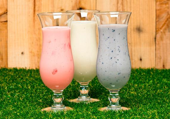 A boltokban kapható gyümölcsjoghurtokat, joghurtitalokat legtöbben egészségesnek tartják. Valójában a legtöbb ilyen termék meglepően sok cukrot tartalmaz. Érdemesebb inkább otthon készítened az ilyen finomságokat natúr joghurt és gyümölcs összeturmixolásával.
