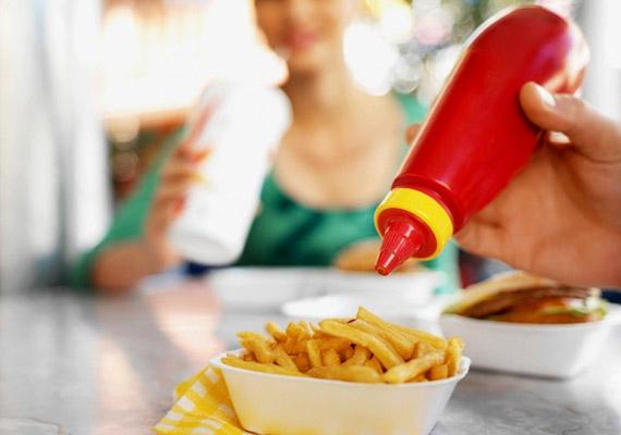Imádod a ketchupot, és a legtöbb tésztára, szendvicsre nyomsz belőle? Jobb, a csökkented az adagodat, vagy otthon készítesz paradicsompürét, mert a boltban kapható legtöbb ketchup nem kevés cukrot tartalmaz.