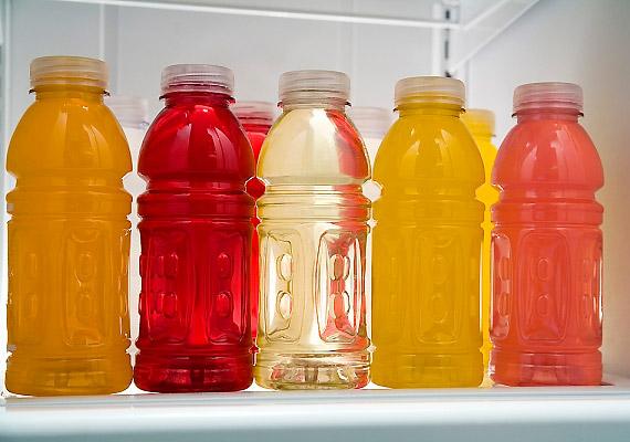 Az üdítők és a rostos gyümölcslevek - akár a 100%-os változatok - fogyasztása sem ajánlott, ha fogyókúrázol. A bennük lévő gyümölcscukor miatt glikémiás indexük magas. Érdemes esetleg ásványvízzel hígítani a 100%-os gyümölcslevet - így kevésbé hizlal.