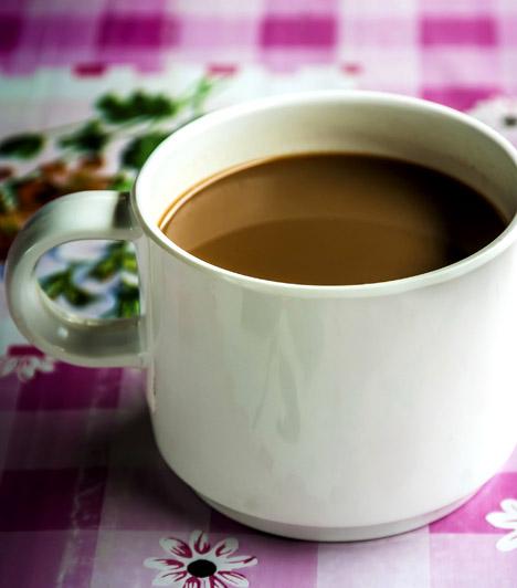 3 az 1-ben kávé                         Sokak számára a rohanó hétköznapok elmaradhatatlan kelléke az apró zacskóban megbúvó 3 az 1-ben instant kávé. Nem meglepő, hiszen csak forró vizet kell önteni rá, és már fogyasztható is. Arról azonban ne feledkezz meg, hogy száz gramm energiatartalma négyszáz kalória fölött van.