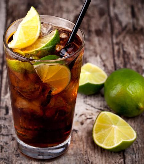 Kóla                         A kólát nehéz lenne kihagyni a hizlaló italok listájáról. Egy doboz 140 kalóriát tartalmaz, de még a light változat is veszélyes az alakodra.                         Kapcsolódó cikk:                         Fogyni szeretnél? Ezért ne igyál light kólát! »