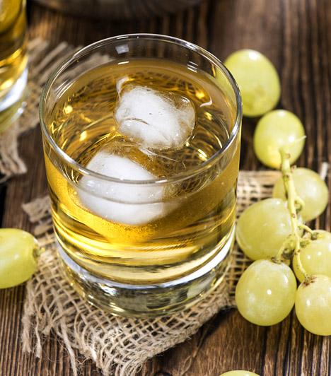 Szőlőlé                         A szőlő az egyik legmagasabb fruktóztartalmú gyümölcs, így nem meglepő, hogy a belőle készült üdítő sem számít kifejezetten diétásnak. Két deci szőlőlé nagyjából 120 kalóriát tartalmaz.