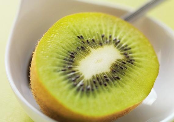 A kivi az egyik legtöbb C-vitamint tartalmazó gyümölcs, a benne található rostokat pedig még szabad szemmel is láthatod. Kiváló téli anyagcsere-pörgető.