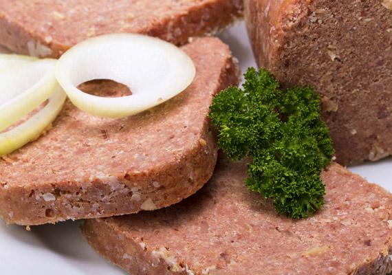 A húsokat legtöbben nem tekintik hizlaló ételnek, ám a húskészítményekkel más a helyzet. A füstölt változatok, illetve a konzerv húskészítmények rengeteg sót tartalmaznak. Ha tehát hajlamos vagy hasi hízásra, gondold meg a fogyasztásukat!