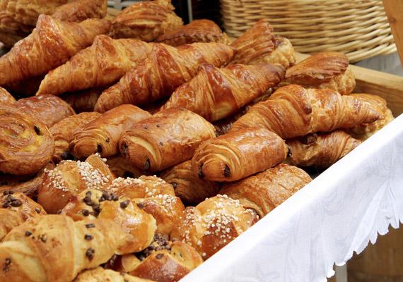 Nemcsak a sokszor elátkozott fehér kenyér hizlal, számos más péksüteménynek is magas lehet a sótartalma, valamint a glikémiás indexe. Igyekezz a fehér lisztből készült termékeket teljes kiőrlésűekre cserélni.