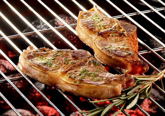 A pácolt húsok nem kevés sót tartalmaznak, ezért jobban jársz, ha vásárolsz egy grillezős serpenyőt, amelyben könnyen készíthetsz egészséges - olajban is szegény - húsokat.