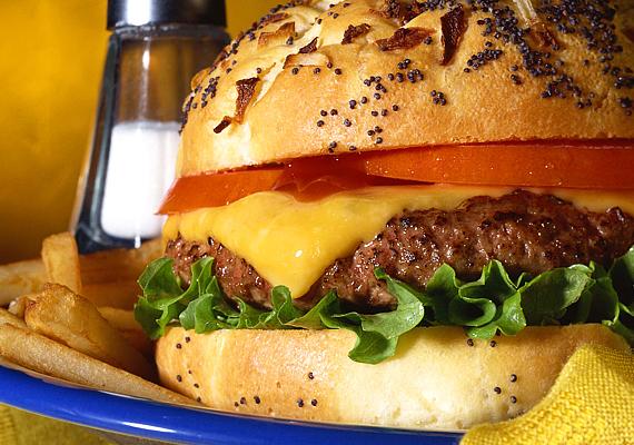 A hamburger csábításának nehéz ellenállni, de mielőtt beleharapnál, jusson eszedbe, hogy 100 gramm hamburgerben 188 kalória és körülbelül 30 gramm szénhidrát található. És akkor azt még nem is említettük, hogy a hamburgerhús nem éppen könnyen emészthető étel. Ismerj meg még több anyagcsere-lassító ételt!