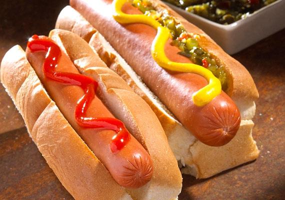 Mindegy, hogy ketchupos vagy mustáros, a hot dog minden formájában finom. Viszont érdemes csínján bánni vele, ha nem szeretnél plusz kilókra szert tenni, ugyanis 100 grammban 240 kalória és 32 gramm szénhidrát található.