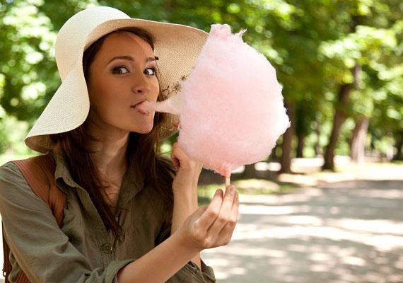 Egy nyári séta a barátnőkkel egyet jelent a vattacukorárusokkal való találkozással. Vagyis nem vagy biztonságban a 100 grammonként körülbelül 500 - adagonként 150 - kalóriát tartalmazó édességtől, ami színezékeinek köszönhetően még az anyagcserét is lassítja.
