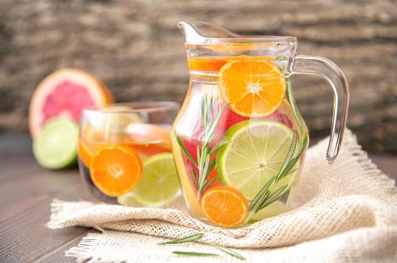 Citrusokkal és rozmaringgal olyan vizet készíthetsz, amely nemcsak C-vitaminban, de folsavban is gazdag, élénkíti a bélmozgást, és a rozmaringnak köszönhetően emésztést könnyítő hatással rendelkezik.                         Elkészítéséhez áztass egy éjszakára egy felkarikázott narancsot, grépfrútot vagy citromot egy kancsó vízbe, és tegyél mellé egy vagy két ág friss rozmaringot.