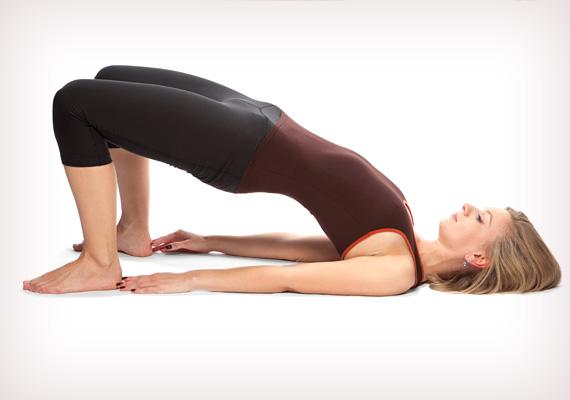 A popsi és a comb megdolgoztatásához a lábad maradhat felhúzott állapodban, a karjaidat zárd a tested mellé, majd emeld fel a csípődet. Ezt a pózt is tarts ki háromszor egy percig, rövid pihenőket tartva köztük, amikor is engedd vissza a csípődet a matracra.