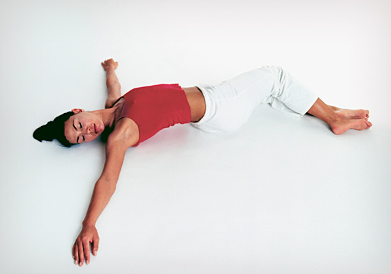 A nyújtás minden testmozgás előtt elengedhetetlen, még akkor is, ha közben nem kelsz fel. Kezdd ezzel az S-nyújtással a reggeli zsírégető gyakorlatsort! Hanyatt fekve helyezd a két karod oldalsó középtartásba. Az összezárt lábaidat húzd fel, majd döntsd az egyik oldalra, míg a fejedet fordítsd a másik oldalra. Maradj így egy percig, majd cserélj oldalt, és úgy is tartsd ezt a pózt egy percig.