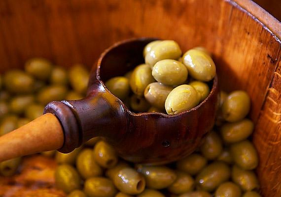 Az olajbogyóban található telítetlen zsírsavak gátolják az LDL-koleszterin lerakódását a szervezetben, védik az érrendszert a meszesedéstől. Magas rost- és vitamintartalmánál fogva pedig az olíva serkenti anyagcsere-folyamatokat.