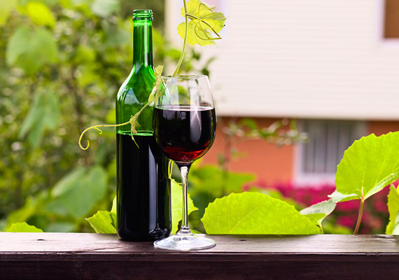 A vörösbor is elengedhetetlen része a mediterrán diétának. Polifenol-tartalmuk miatt ugyanis a minőségi vörösborok antioxidáns hatással bírnak, a csersavtartalom pedig az emésztést segíti. Tudd meg, mennyit fogyaszthatsz naponta!