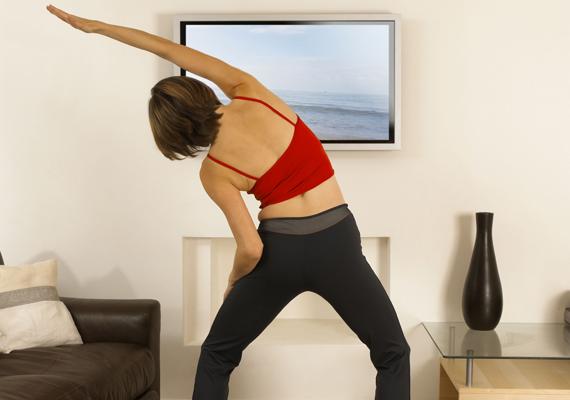 Ez a gyakorlat kifejezetten a csípő hurkáit szedi le, illetve karcsúsítja a derék tájékát. Így végezd: állj be a vállszélességűnél kicsit nagyobb terpeszbe, rogyaszd a térdeidet, a csípődet enyhén told előre. A bal kezedet tartsd a hasad előtt vagy a combodon, a jobbal pedig - a képen is látható módon - nyúlj át bal oldalra, miközben a felsőtestedet megdöntöd ugyanabba az irányba. Apró, dőlő mozdulatokat végezz bal oldalra, mintha a kinyújtott kezeddel próbálnál megfogni valamit. Érezned kell, ahogy a derekad és a csípőd megnyúlik. Csinálj meg ezekből 50-et, majd cserélj oldalt, végezd el a bal kezed felemelésével jobb oldalra is. Két hét után próbálkozz 75-75-tel oldalanként, újabb két héttel később pedig mehet 100 belőle.