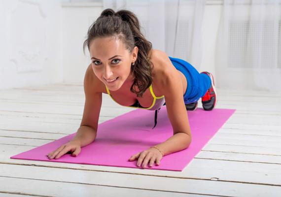 A planking az egyik legjobb hasizomgyakorlat, amely ráadásul a törzs izmait is erősíti, javítja a tartást, feszesíti a kart, és tónusosabbá teszi a combokat is - nem véletlenül nagyon népszerű a külföldi sztáredzők körében. Ez a menete: feküdj hasra a földön, hátul tartsd pipában a lábfejed, picike terpeszben legyenek a lábaid. Elöl az alkarodra támaszkodva emeld ki magad. Figyelj rá, hogy a törzsed egyenes legyen. Ha a lábujjaid fájnak, vegyél fel sportcipőt, abban könnyebben tartod majd meg magad. Számolj 10-ig, majd engedd le, és jöhet belőle még két kör. A következőkben minden héten öttel tovább számolj, míg meg nem tudod tartani 30 másodpercig a pózt.