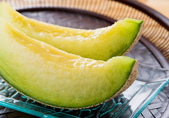 A lehűtött sárgadinnye nem csupán isteni nyári csemege, de magas víztartalma miatt segít megszabadulni a szervezetedben felhalmozott méreganyagoktól is. Ráadásul egy bögrényi sárgadinnye mindössze 56 kalória.