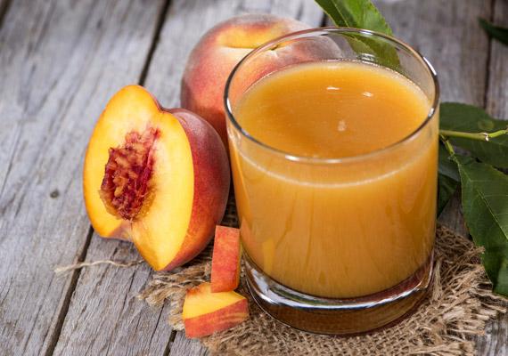 A zamatos őszibarack alacsony kalória- és magas rosttartalma miatt segíti a diétát. A gyümölcs 85-90%-a víz, így hidratálja a szervezetet és serkenti az anyagcserét. Olvass még többet az őszibarack szervezetre gyakorolt hatásáról!