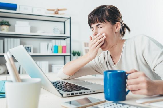 Az alvásnak kiemelten fontos szerepe van az egészséges étvágy és anyagcsere kialakításában. Ha folyamatosan kimerült vagy, azzal megemelkedik a testedben a ghrehlin hormon szintje, mely fokozza az éhségérzetet, míg a jóllakottságot jelző leptin szintje csökken. Ennyit kellene valójában aludnod ahhoz, hogy fogyni tudj, vagy tartsd a súlyod.