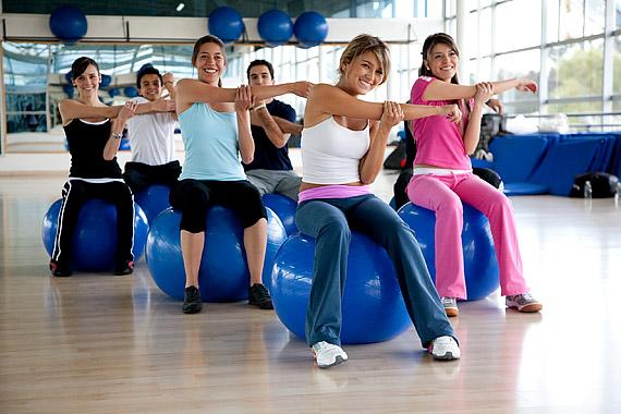 Mindig kezdj bemelegítéssel. A legjobb, ha egy fitneszlabdán ülve, egyenes gerinccel és kinyújtott karokkal csinálsz néhány törzscsavarást jobbra és balra is.