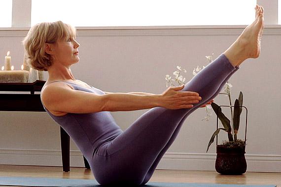 Ez a lábemelő gyakorlat a mell alatti izmokat erősíti, bónuszként pedig a combokra is jó hatással van.