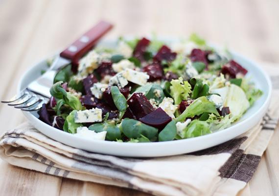 Céklasaláta: a zöld leveles zöldségek kalóriatartalma szinte nulla, ahogy zsír- és szénhidráttartalmuk is. Emellett viszont szuper vitamin- és ásványianyag-források, illetve nedvességtartalmuk is magas. Ha a sima salátát zsiradék nélkül sült céklával dúsítod, illetve morzsolsz rá egy kevés feta sajtot vagy túrót, igazán laktató vacsorát kapsz. Ami ráadásul még a fogyásban is segít, hiszen fehérjében gazdag, szénhidrátban és kalóriában viszont szegény eledel. A cékla amellett, hogy nagyon olcsó, a zsírégetésben is partnered - korábbi cikkünkből megtudhatod, miért.