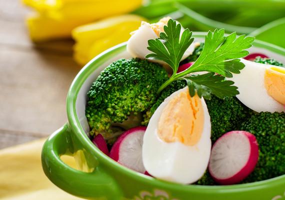 Főtt tojás párolt zöldséggel: a tojásban fehérjéből és zsírból sok, szénhidrátból viszont szinte semennyi sincs, éppen ezért vacsorára remek választás. Mivel kalóriatartalma viszonylag magas, egy darab főtt vagy buggyantott tojást fogyassz - ettől estére jól is laksz - sok főtt zöldséggel. Például brokkolival, ami bővelkedik zsírégető vitaminokban. Főzd enyhén roppanósra, így benne maradnak a hasznos tápanyagok!