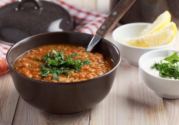 Egy laktató leves mindig jó választás meleg vacsoraként, például vöröslencséből. Ez a rostban gazdag zöldség felpörgeti az anyagcserédet, és fogyasztó hatású C-vitamin is található benne. Pontos receptért kattints korábbi cikkünkre, ahol emellett másik két fogyasztó levest is megismerhetsz.