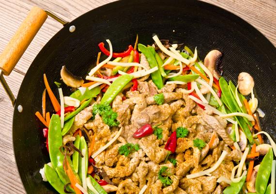 Wokban sült csirke zöldségekkel: a hagyományos serpenyőben sütésnél kevesebb zsiradék kell, ha wokban készíted az ételed. A kalóriaszegény, ám fehérjében gazdag csirkemell az egyik legjobb választás, ha meleget vacsoráznál. Süsd össze például ceruzababbal és csíkokra vágott káposztával, kápia paprikával, a zöldségeket hagyd kicsit roppanósan. Fűszerezd csípősre, Cayenne-borssal, chilivel. Ha igazán pikánssá szeretnéd tenni, locsold meg a végén egy kevés citromlével. Mind az alapanyagok, mind a fűszerezés, illetve a citromlé is hatékonyan segítik a zsírégetést, miközben kalóriaszegény, de laktató vacsora áll össze belőlük.