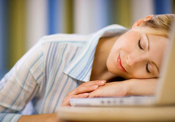 Ha a hétköznapok során jellemzően nem alszod ki magad, szervezetedben több étvágynövelő hatású ghrelin hormon, illetve kevesebb - a jóllakottság érzésének kialakításáért felelős - leptin termelődik. Tudj meg többet a folyamatról!