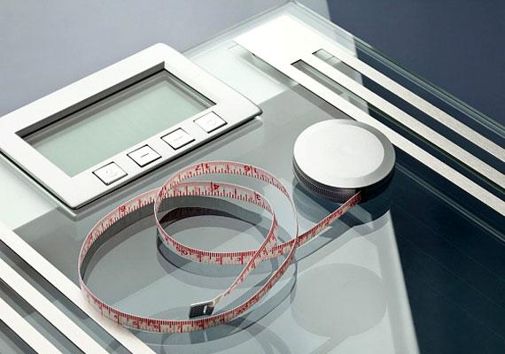 A testsúly és derékbőség méregetése sokkal inkább frusztráló, mint motiváló tényező. Ha egyszer megméred magad, utána állj neki a diétának, különben semmi értelme, hogy hétről hétre mérlegre állj.