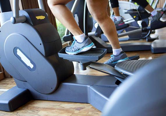Az ellipszis trénerrel akár 320 kalóriát is elégetsz fél óra leforgása alatt. Ha beleszeretsz a kardió gépbe, akár otthonra is érdemes beszerezned egyet.