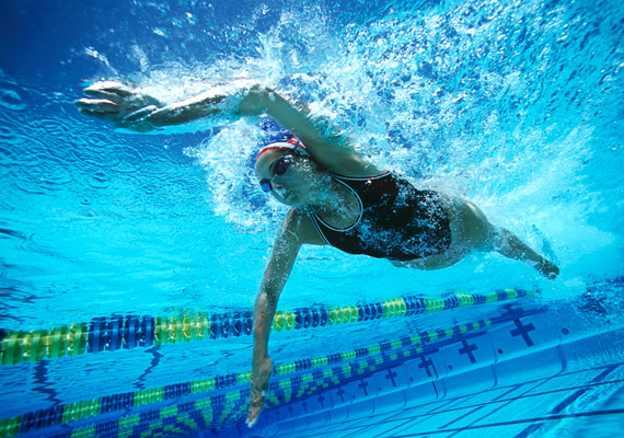 Mivel a vízben a testedre felhajtóerő hat, ha túlsúlyos vagy, az úszás a legjobb mozgásforma számodra. Mindössze félórányi gyors- vagy mellúszással 425 kalóriát éget a szervezeted, de 30 percnyi könnyed úszkálással is 255 kalóriától szabadulhatsz.