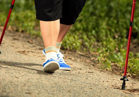 Az intenzív futás sajnos nem ajánlott túlsúllyal, helyette válaszd a tempós sétát, illetve a nordic walkingot, amellyel fél óra alatt akár 250 kalóriát is elégethetsz.
