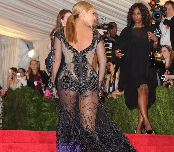 Beyoncé a legritkább esetben rejtegeti méretes hátsóját. Ebben az átlátszó, pávaszerű kreációban a 2012-es Met-gálán jelent meg.