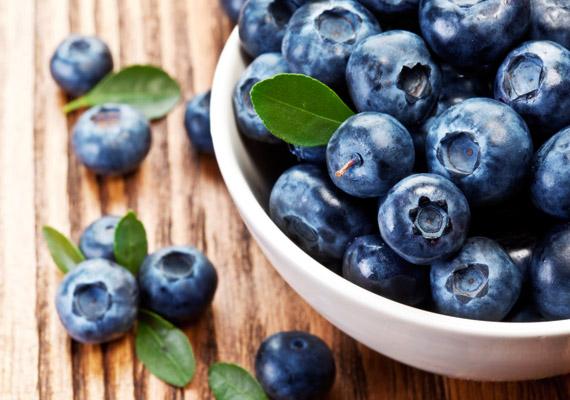 Az áfonya egyfelől kiváló immunerősítő, a kék színét adó antocianinoknak köszönhetően a gyümölcs fogyasztása segít megelőzni a rákot. Másfelől magas rosttartalmával serkenti az emésztést, illetve a gyümölcsben lévő polifenolok molekuláris szinten gátolják a zsírsejtek fejlődését. Tudj meg többet róla!