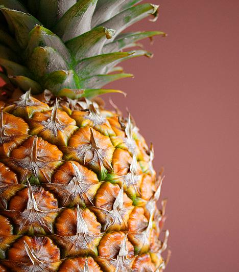 AnanászAz ananász karcsúsító hatását többek között magas ballasztanyag-tartalmának, a fehérjebontó bromelin enzimnek és savas gyümölcshúsának köszönheti. Magas káliumtartalma pedig segítséget nyújt a vízvisszatartás ellen.Kapcsolódó cikk:Így fogyj ananásszal! »