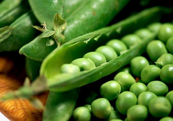 A zöldborsó akkor a legfinomabb, amikor kifejted a hüvelyéből, és frissen elropogtatod. Az édes csemegéből szinte bármennyit ehetsz, hiszen nem csupán negatív kalóriás, de kiváló növényi fehérjeforrás is, és segít a vércukorszint kiegyensúlyozásában. Tudj meg többet arról, hogyan segítik a hüvelyesek a fogyást.