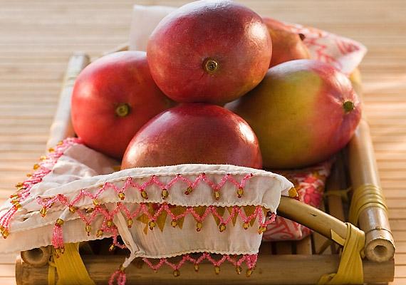 A mangó rengeteg E-, A-, B1- és C-vitamint tartalmaz, emellett gazdag béta-karotinban, magnéziumban és vasban is. Az egzotikus déli gyümölcs mindemellett csökkenti a vér koleszterinszintjét, rosttartalma pedig segíti az emésztést, és felgyorsítja az anyagcserét.