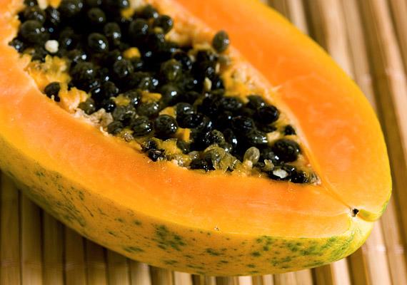A papaya olyan enzimeket tartalmaz, melyek segítik a fehérjék és a zsírok lebontását, az anyagcserét is felgyorsítják, és jó hatással vannak az emésztésre. Magas rosttartalmából adódóan tisztítja a bélrendszert, így segít kiüríteni a mérgeket és a salakanyagokat.