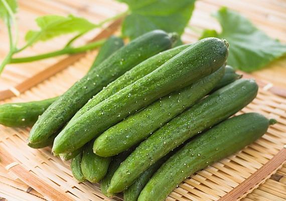 Az uborka az egyik legnagyobb víztartalmú zöldség, segíti a méregtelenítő folyamatokat. Mindemellett pedig a vízháztartásodat is szabályozza, minek köszönhetően a hasad is laposabb lehet.