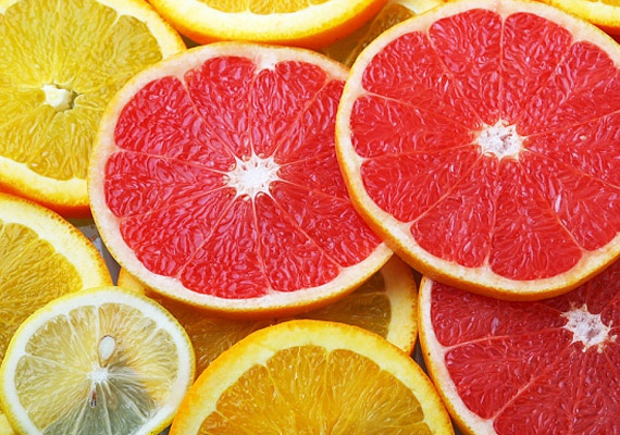 Ahogy megyünk bele az őszbe, egyre több citrusfélét találhatsz a boltok polcain. Ezek a gyümölcsök magas C-vitamin-tartalmuk révén segítenek beindítani a zsírégető folyamatokat. Emellett a bennük lévő gyümölcssav és rostanyagok is nagyban hozzájárulnak az anyagcsere-folyamatok gyorsításához. Próbáld ki grépfrútdiétánkat!