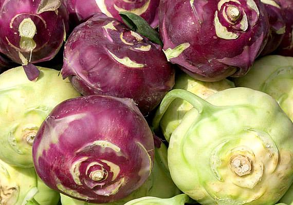 A karalábé nem csupán remek levesalapanyag, a sajátos ízvilágú zöldséget nyersen is érdemes ropogtatnod. Magas rosttartalma mellett ásványianyag-tartalma is említésre méltó: kiváló kálium- és magnéziumforrás, de B1-, B2-, B6-, A- és C-vitaminban is gazdag. Próbáld ki diétában!
