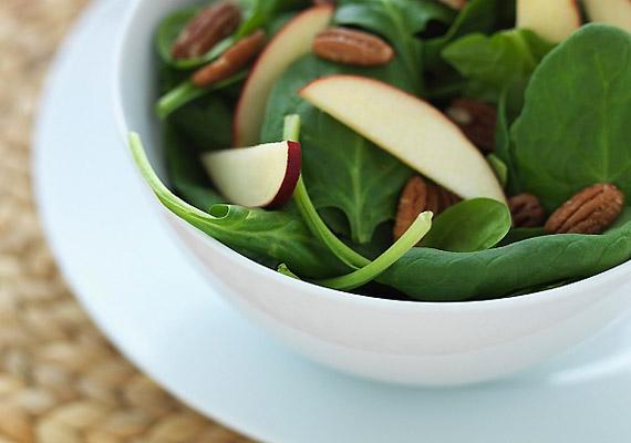 Popeye kedvence biztos forrása az antioxidáns béta-karotinoknak, a folsavnak, a K-, illetve zsírégető hatású C-vitaminnak. Hogy megőrizd a benne lévő hasznos vegyületeket, érdemes párolva elkészítened. Próbáld ki a negatív kalóriás spenótdiétát!